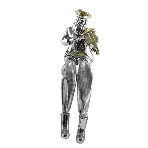 תמונה של חסיד יושב מפוליריזן מוכסף עם רגלי בד כסף מנגן