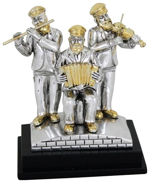 תמונה של 3 חסידים מפוליריזן עומדים ומנגנים
